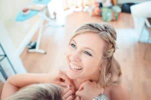 Hochzeitsfotograf mit Braut beim Getting Ready im La Villa Starnberg
