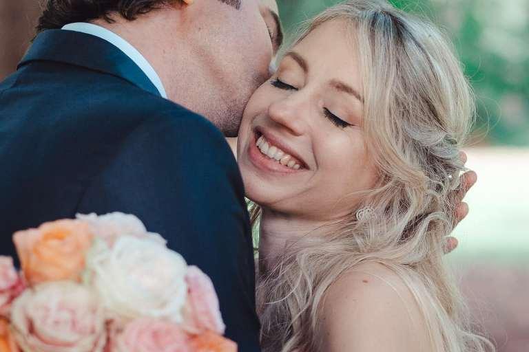 Hochzeitspaar in Straßlach küsst sich