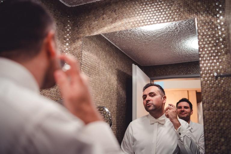 Bräutigam beim Getting Ready Schloß Hohenkammer