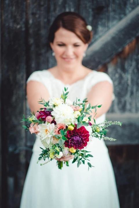 Die Braut mit ihrem Brautstrauß