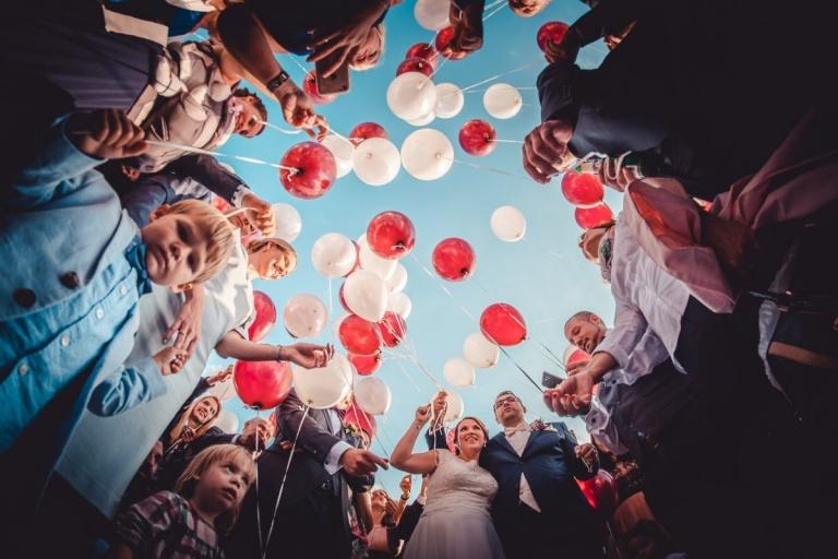Hochzeitsfotograf im Schloß Hohenkammer mit Luftballon