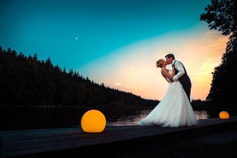 Hochzeitsfotografie mit Brautpaar am Deininger Weiher